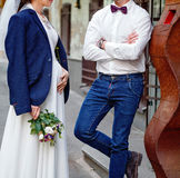 Państwo młodzi na ich dniu ślubu outdoors Ślubny bukiet w panny młodej ` s ręce Zdjęcie Stock