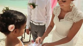 Państwo młodzi odzież dzwoni each inny Ślubna ceremonia przy plażą Filipiny zbiory