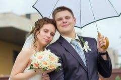 Państwo młodzi pod biały parasolem obraz royalty free