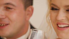 Państwo młodzi poza fotograf w pracownianej pobliskiej grabie z szampanem zbiory wideo