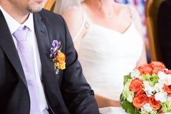 Państwo młodzi przy ślubem Zdjęcia Royalty Free