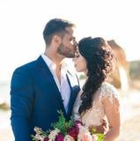 Państwo młodzi przy ślubną ceremonią blisko morza Zdjęcia Royalty Free