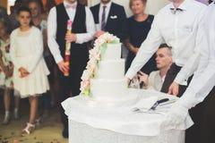 Państwo młodzi przy ślubnym rozcięciem ślubny tort Obraz Royalty Free