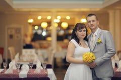 Państwo młodzi przy ślubu bankietem Obrazy Royalty Free