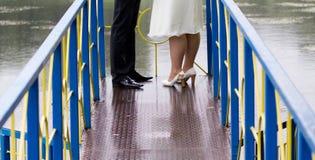 Państwo młodzi przy ślubu spacerem na moscie Fotografia Royalty Free