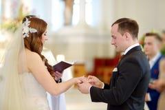 Państwo młodzi przy kościół podczas ślubu Obrazy Stock