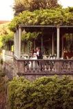 Państwo młodzi przy plenerową restauracją Zdjęcia Royalty Free