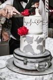 Państwo młodzi rżnięty ślubny tort fotografia royalty free