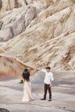 Państwo młodzi spacer wzdłuż czerwonych gór, bajecznie scena Co Fotografia Stock