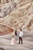 Państwo młodzi spacer wzdłuż czerwonych gór, bajecznie scena Co Zdjęcie Stock