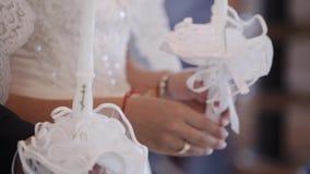 Państwo młodzi trzyma świeczki w kościół przy ceremonią zbiory wideo