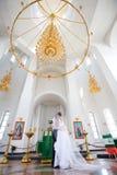 Państwo młodzi w kościół zdjęcia stock