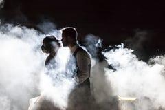Państwo Młodzi w mgle przy nocą zdjęcia stock