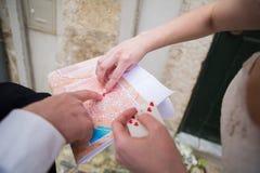 Państwo młodzi z miasto mapą Zdjęcie Royalty Free