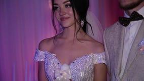 Państwo młodzi z tradycyjną ślubną świeczką zbiory wideo