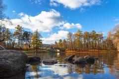 18 2014 Październik, Gatchina, Rosja Beloye jezioro, Dvortsovyy park, jesień krajobraz obrazy royalty free