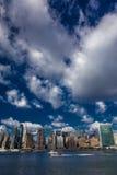 PAŹDZIERNIK 24, 2016 linia horyzontu widzieć od Wschodniej rzeki pokazuje Chrysler budynek i Zlanego N środek miasta Manhattan -  Zdjęcia Stock