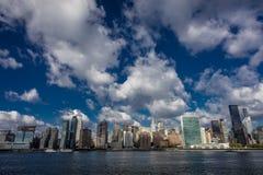 PAŹDZIERNIK 24, 2016 linia horyzontu widzieć od Wschodniej rzeki pokazuje Chrysler budynek i Zlanego N środek miasta Manhattan -  Obrazy Stock