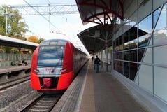 Październik 2017, Moskwa, Rosja Elektryczny pociąg Lastochka na Moskwa pierścionku linii kolejowej Fotografia Stock