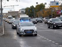 Październik 2017, Moskwa, Rosja Milicyjny radiowóz w przepływie ruch drogowy z zawierać stroboskopem i syreną Obrazy Stock