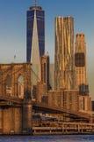PAŹDZIERNIK 24, 2016 most brooklyński i Manhattan linii horyzontu cech Jeden world trade center przy wschodem słońca, NY NY - Ver fotografia stock
