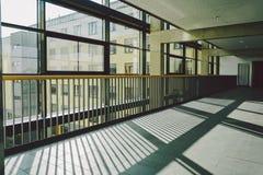Październik 2018 Niemcy Helios Klinikum Krefeld Wewnętrzny szpital wśrodku Przestronni opustoszali korytarze stacja, podłoga nowy zdjęcie stock
