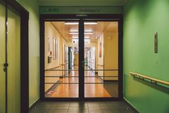 Październik 2018 Niemcy Helios Klinikum Krefeld Wewnętrzny szpital wśrodku Przestronni opustoszali korytarze stacja, podłoga nowy fotografia stock