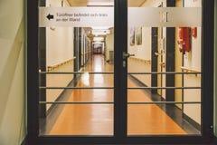 Październik 2018 Niemcy Helios Klinikum Krefeld Wewnętrzny szpital wśrodku Przestronni opustoszali korytarze stacja, podłoga nowy obrazy stock