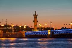 Pałac most i Dziobowa kolumna, St Petersburg przy zmierzchem Obrazy Royalty Free