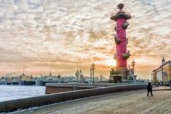 Pałac most przy zmierzchem w zimie w St Petersburg, Rosja Fotografia Stock