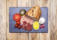 PA-ambtomata (bröd med tomaten), skinka och allt-jag-oli (vitlök och Arkivbilder