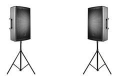 PA audio professionnelle de haut-parleurs sur les trépieds sur le blanc photo libre de droits
