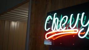 PA BROOKVILLE - около июнь 2018 - неоновое накаляя Chevy подписывает внутри гараж mancave видеоматериал