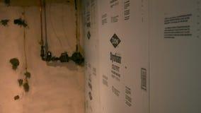 PA del CASTOR - circa el 24 de agosto de 2018 - aislamiento azul del tablero que es aplicado a un sótano acabado metrajes