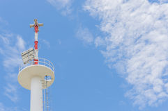 PA/haut-parleurs publics de système d'adresses, contre un ciel bleu lumineux Image stock