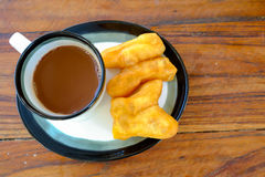 PA -PA-tong-ko στην ταϊλανδική λέξη με τον παλαιό ταϊλανδικό καυτό καφέ ύφους στο γυαλί, ταϊλανδικό παραδοσιακό πρόγευμα ύφους Στοκ φωτογραφία με δικαίωμα ελεύθερης χρήσης