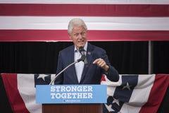 PA: President Bill Clinton för Hillary Clinton i blått Klocka Royaltyfri Foto
