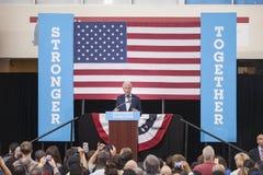 PA: President Bill Clinton för Hillary Clinton i blått Klocka Royaltyfri Bild