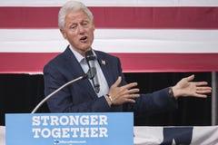 PA: President Bill Clinton för Hillary Clinton i blått Klocka Arkivbild
