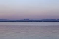 Pa Sak rzeka z górą, Lopburi, Tajlandia Zdjęcia Royalty Free