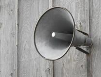 PA-Sprecher auf hölzerner Wand. stockfotografie