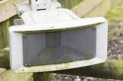 PA-Sprecher im Freien befestigt zum Zaun lizenzfreie stockbilder