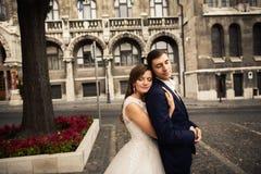 Pa?stwa m?odzi przytulenie w starej grodzkiej ulicie Weding para w mi?o?ci Odchwaszcza? w Budapest zdjęcie stock