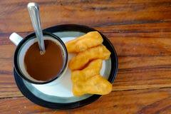 PA-tång-knock-out i thailändskt ord med varmt kaffe för gammal thai stil i exponeringsglas Royaltyfri Fotografi