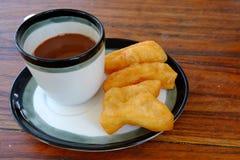 PA-tång-knock-out i thailändskt ord med varmt kaffe för gammal thai stil i exponeringsglas, traditionell frukost för thailändsk s Arkivbilder