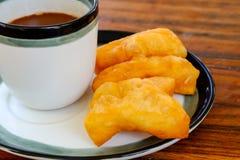 PA-tenaglie-KO nella parola tailandese con il caffè caldo di vecchio stile tailandese in vetro Immagini Stock Libere da Diritti