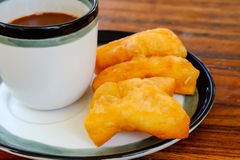 Pa-tong-knock-out in Thais woord met oude Thaise stijl hete koffie in glas Royalty-vrije Stock Afbeeldingen