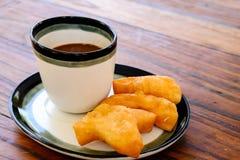 PA-Zange-Knock out im thailändischen Wort mit heißem Kaffee der alten thailändischen Art im Glas, traditionelles Frühstück der th Lizenzfreie Stockfotos
