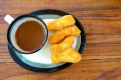 PA-Zange-Knock out im thailändischen Wort mit heißem Kaffee der alten thailändischen Art im Glas, traditionelles Frühstück der th lizenzfreies stockfoto