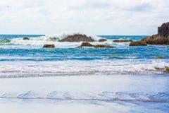 Paacificgolven die op de rotsen verpletteren royalty-vrije stock foto's